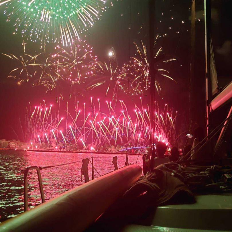 搭乘豪華私人帆船出海賞煙火。(圖/KLOOK提供)