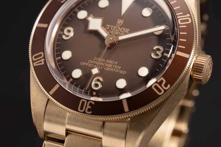 TUDOR「Black Bay Fifty-Eight Bronze碧灣1958型青銅款」腕錶,新型磨砂青銅錶釦、搭配「T-Fit」長度快速調節系統,可輕鬆精細調校。(圖╱TUDOR提供)