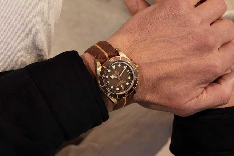 TUDOR「Black Bay Fifty-Eight Bronze碧灣1958型青銅款」腕錶,搭配「青銅棕色」緹花織紋錶帶╱143,500元。(圖╱TUDOR提供)
