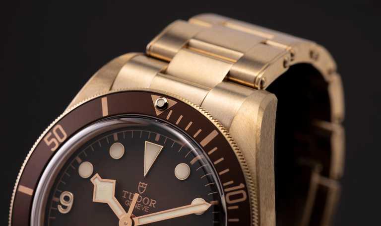 TUDOR「Black Bay Fifty-Eight Bronze碧灣1958型青銅款」腕錶,首次將青銅材質運用於錶帶,以磨砂鏈節點綴鉚釘裝飾,與青銅錶殼完美呼應。(圖╱TUDOR提供)