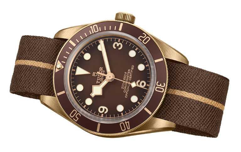 TUDOR「Black Bay Fifty-Eight Bronze碧灣1958型青銅款」腕錶,隨錶附贈「青銅棕色」緹花織紋錶帶╱143,500元。(圖╱TUDOR提供)