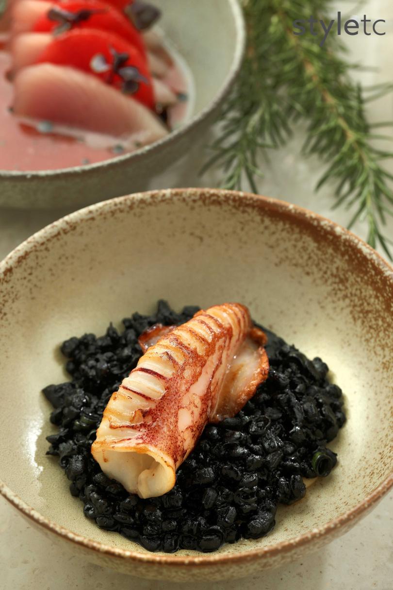 炭烤小捲燉飯有著豐腴滋味和豐富口感,又富飽足感。(圖/于魯光攝)