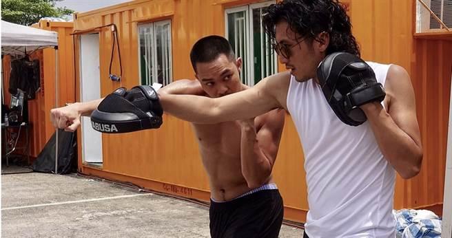 謝霆鋒(右)與胡子彤在拍攝現場比劃動作。(圖/華映提供)