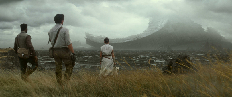 主角一行人回到了當初絕地大反攻死星墜落的戰爭地點。(圖/迪士尼影業提供)