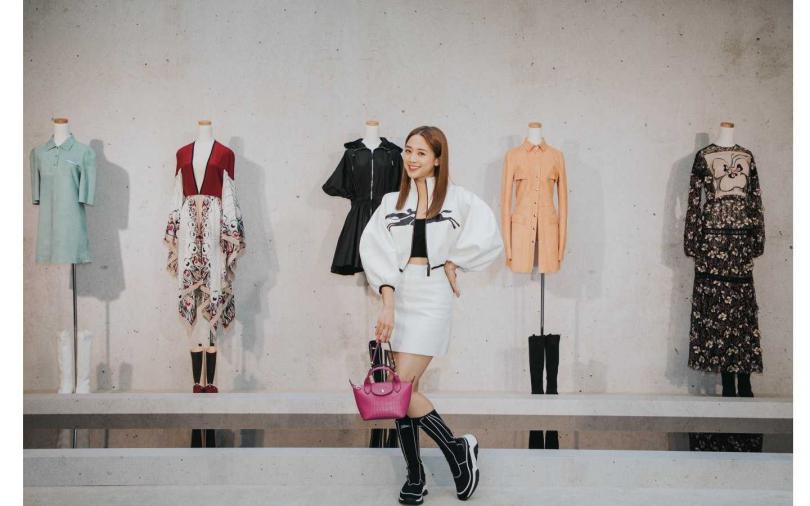 Longchamp春夏展示會現場以單一的灰,凸顯系列多元的色彩設計。(圖/品牌提供)