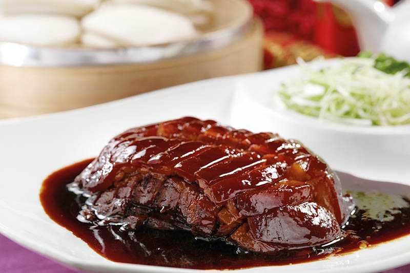充滿膠質的「東坡肉」入口即化,搭配手工刈包、香菜和蒜苗。(400元)(圖/于魯光)
