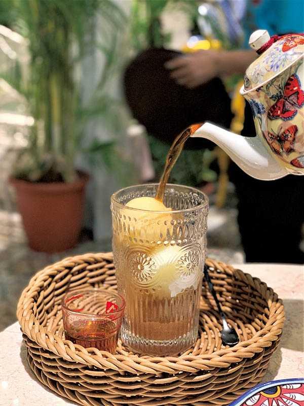 連名字都充滿夢幻色彩的「紅茶與牛奶冰磚戀愛了」,是店內人氣飲品。(150元)(圖/官其蓁攝)