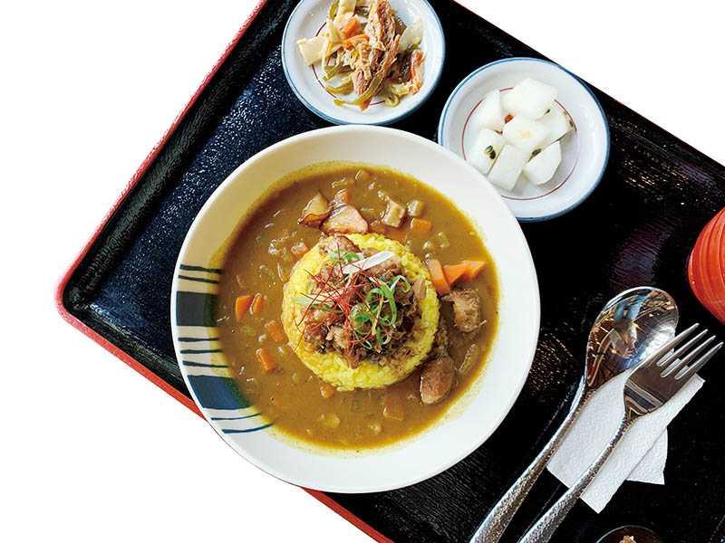 融入客家梅干扣肉的道地咖哩,是湖畔料亭的特色餐點。(圖/官其蓁攝)