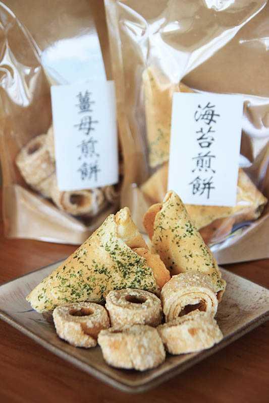 特別做成戒指形狀的薑母煎餅,以及三角形的海苔煎餅,是最受歡迎的在地零嘴。(圖/官其蓁攝)
