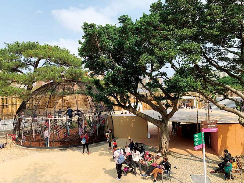 園內有3座歷史獸籠十分珍貴,最大的圓形鳥籠裡,現在設置了親子爬繩網,孩子們在此盡情玩樂,反倒有一種「小型人類展場」的趣味!(圖/官其蓁攝)