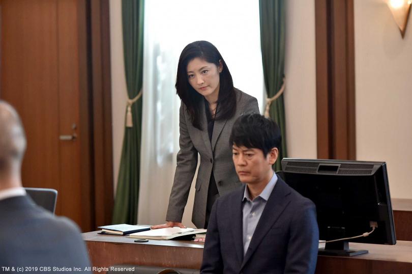 劇中監察官丈夫唐澤壽(前)明爆出醜聞成為階下囚,常盤貴子為了養家重返律師界工作。(圖/緯來日本台提供)