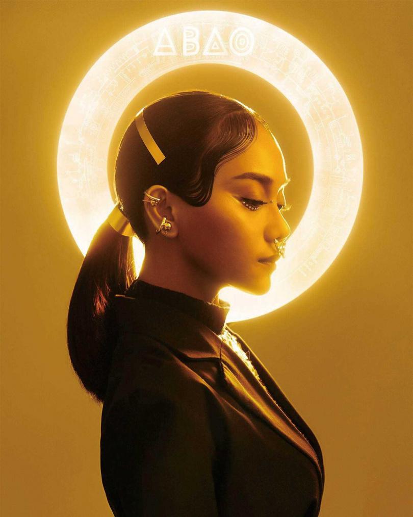 《kinakaian 母親的舌頭》專輯把阿爆打造成仿如太陽女神的造型,也傳達了她想發揚母語文化的使命。(圖/翻攝自網路)