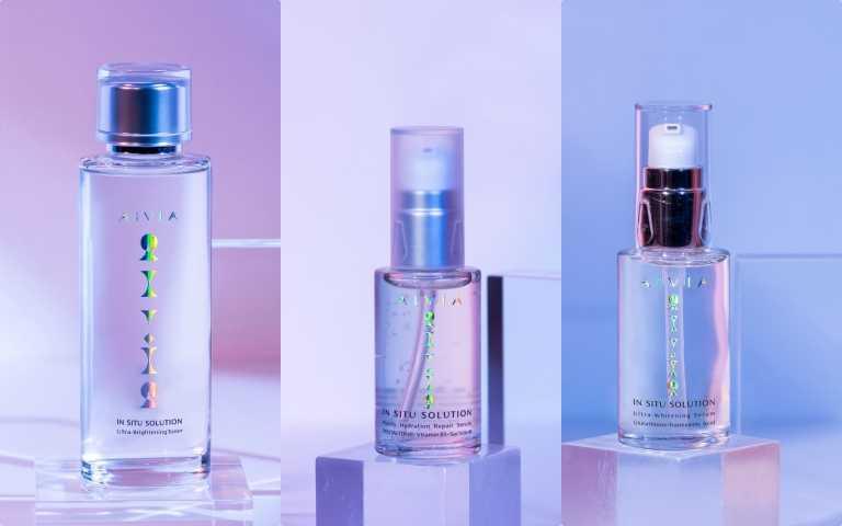 左起:AIVÍA艾微漾皙漾光亮白化妝水120ml/1,800元、B5純萃修護精華30ml/1,890元、、皙漾光美白精華30ml/2,300元(圖/品牌提供)