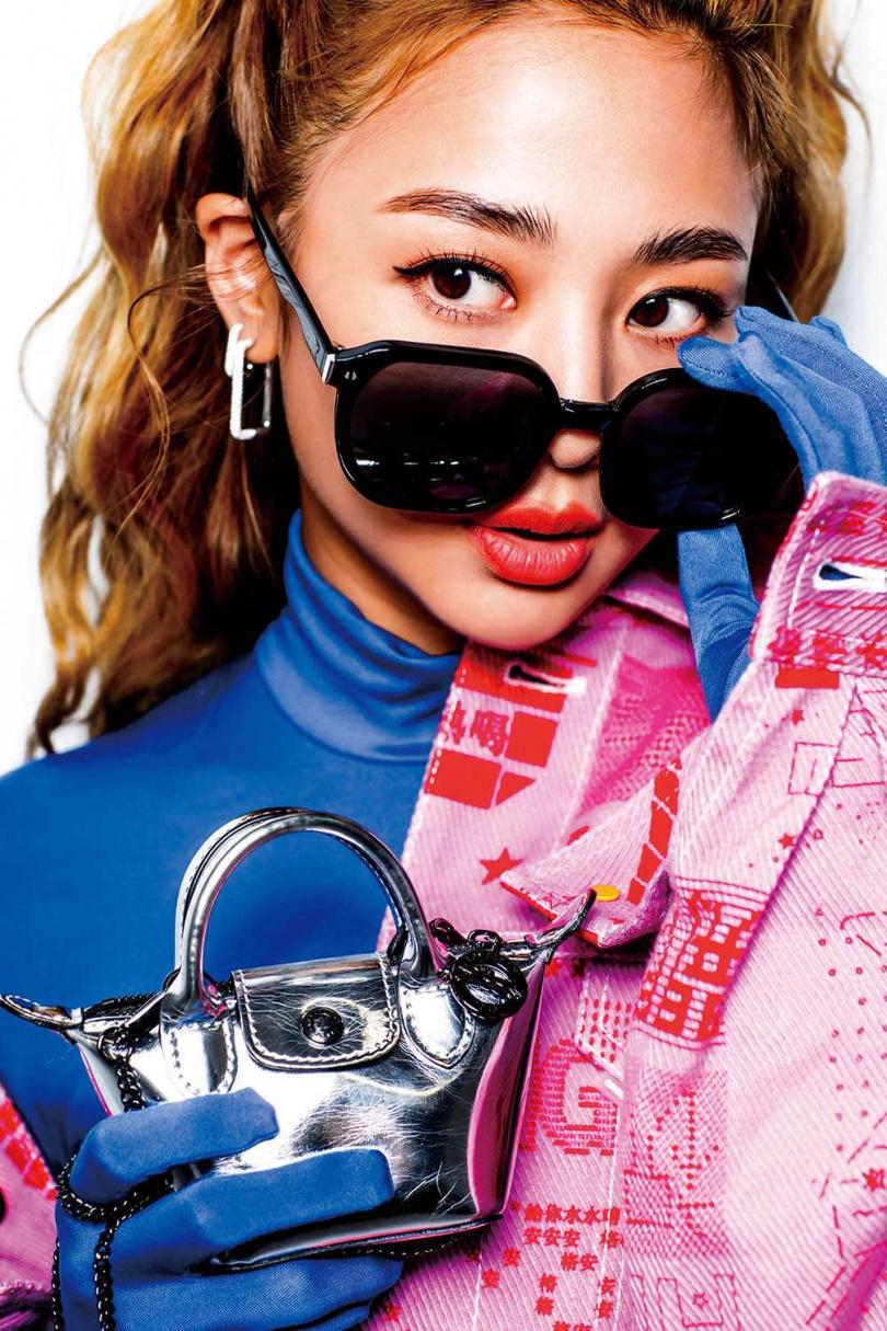 LONGCHAMP Le Pliage Cuir Nano手袋/價格店洽鬼鬼定裝時買的,因為她很喜歡銀色,本來想買大尺寸款,但沒貨了,便改買小的。(攝影/莊立人)