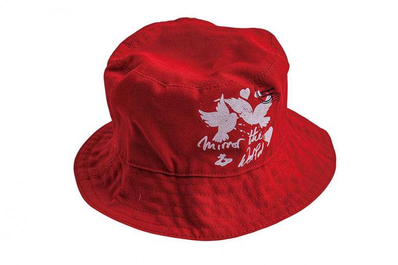 環保材質品牌送的紅色漁夫帽。鬼鬼平常出門有戴漁夫帽的習慣。(攝影/莊立人)