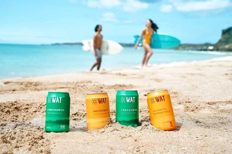 WAT推出兩款全新罐裝茶飲氣泡雞尾酒:「冷萃綠茶氣泡雞尾酒」與「檀島凍檸茶氣泡雞尾酒」。
