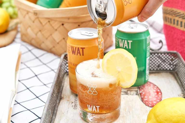 WAT首度與知名「檀島茶餐廳」強強聯名推出罐裝雞尾酒,完整保留檀島招牌凍檸茶黃檸檬新鮮香氣。