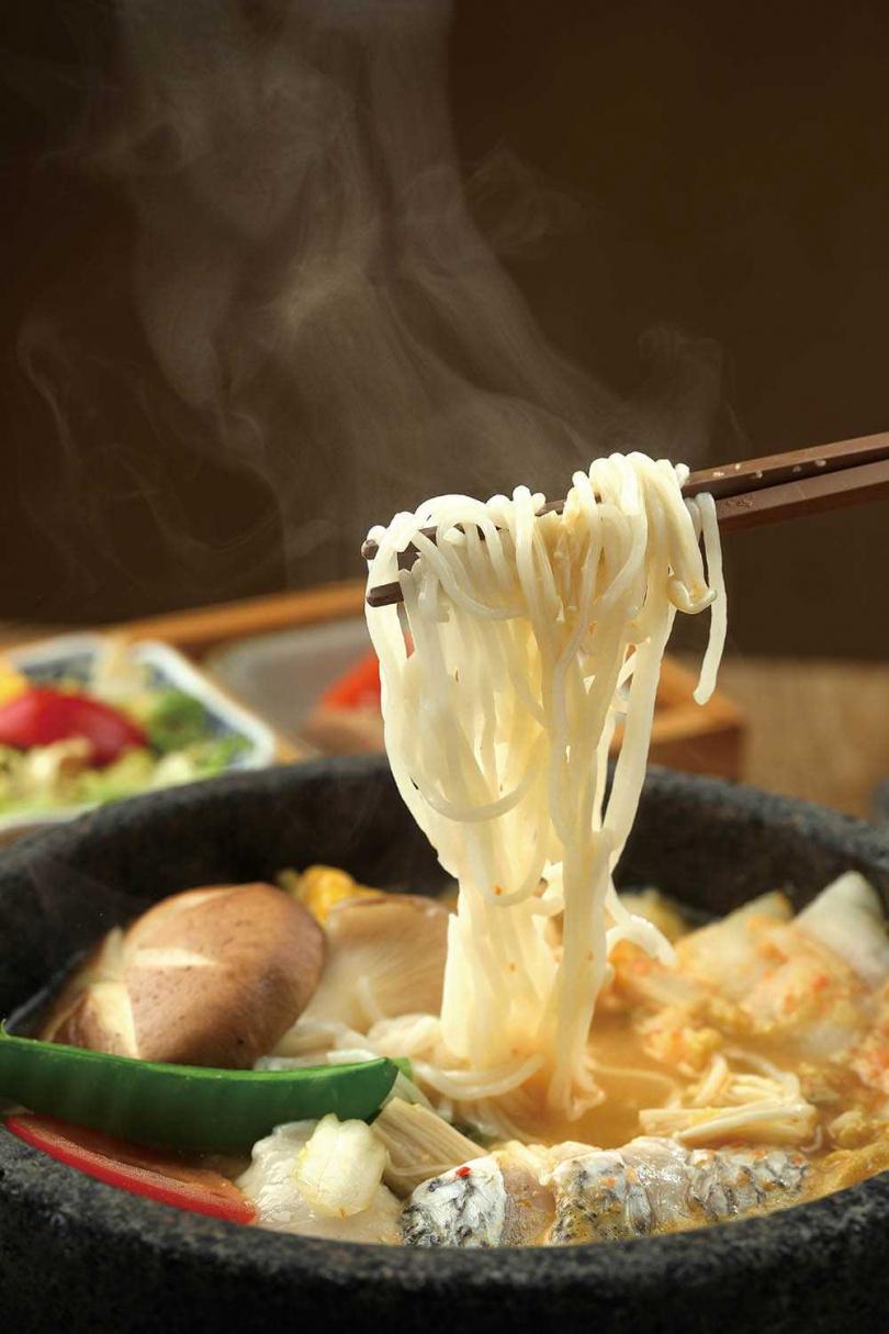 「黃金泡菜桑拿米線(魚)」以大白菜鋪底提升湯頭鮮甜,搭配自製黃金泡菜和帶皮金目鱸,滋味酸香濃郁。(220元)(圖/于魯光攝)