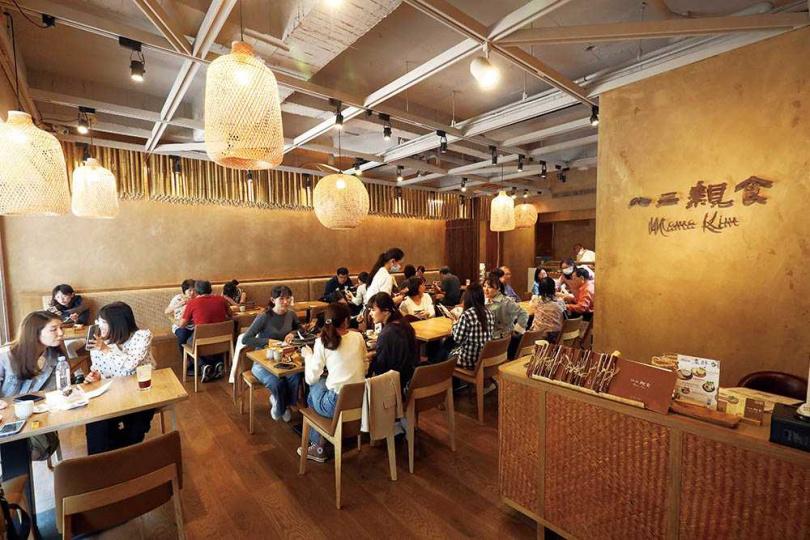 店內採用來自新竹內灣的千根竹子做為裝飾,搭配竹編家具呈現自然感。(圖/于魯光攝)
