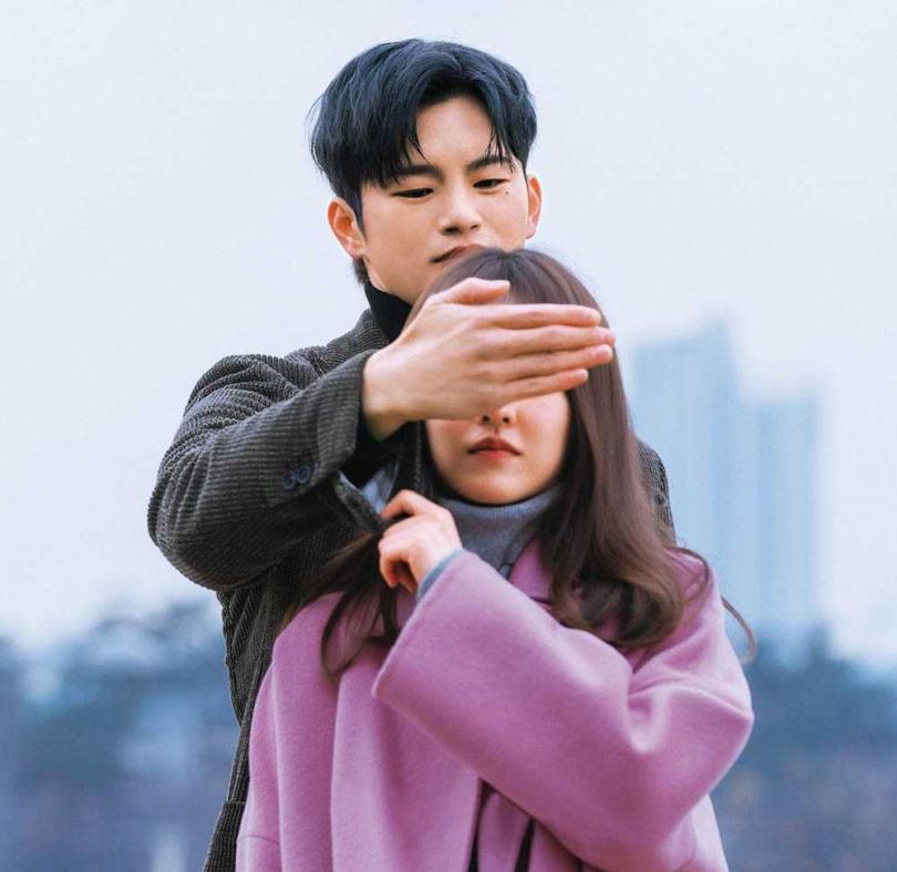 徐仁國在片場很愛開玩笑,但一開拍馬上投入其中,朴寶英對他的集中力佩服不已。(圖/翻攝自tvN)