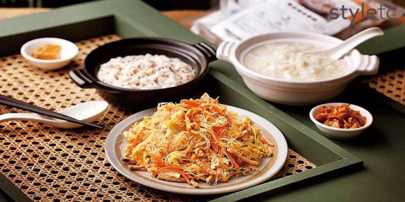 配肉絲、炒蛋、高麗菜、紅蘿蔔等配菜的「台式炒米粉」是熟客最愛的招牌菜。(140元)(圖/品牌提供)