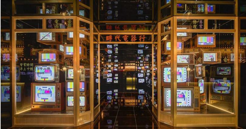 「時代電器行」以電視牆播放經典音樂節目,讓你想起曾守在電視機前的無數夜晚。(圖/台北市文化局 啟藝提供)