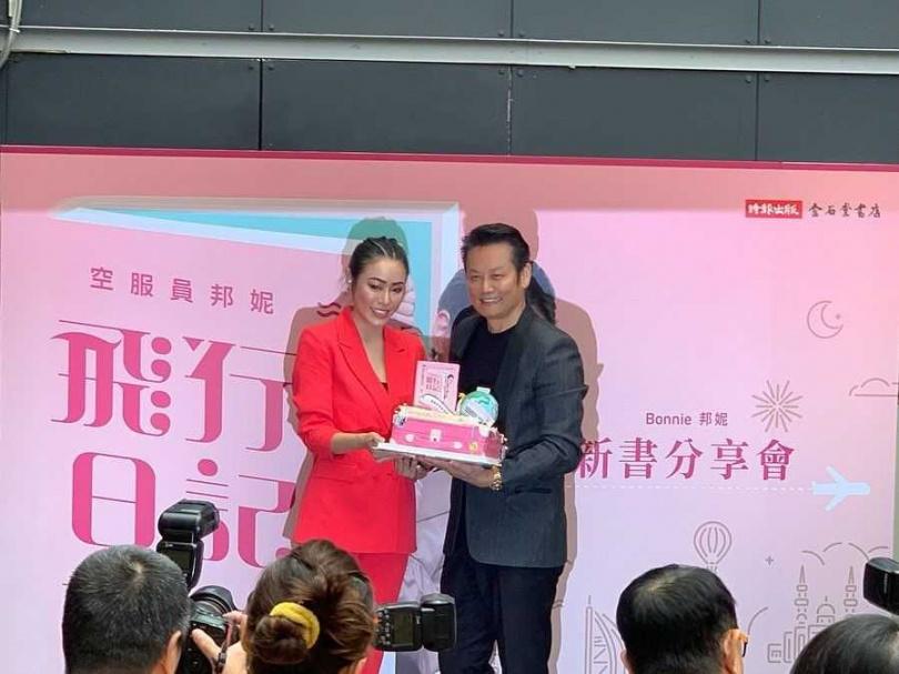 2019年邦妮推出新書《空服員邦妮:從杜拜出發的飛行日記》,綜藝大哥徐乃麟特別前來站台。(媒體棧提供)