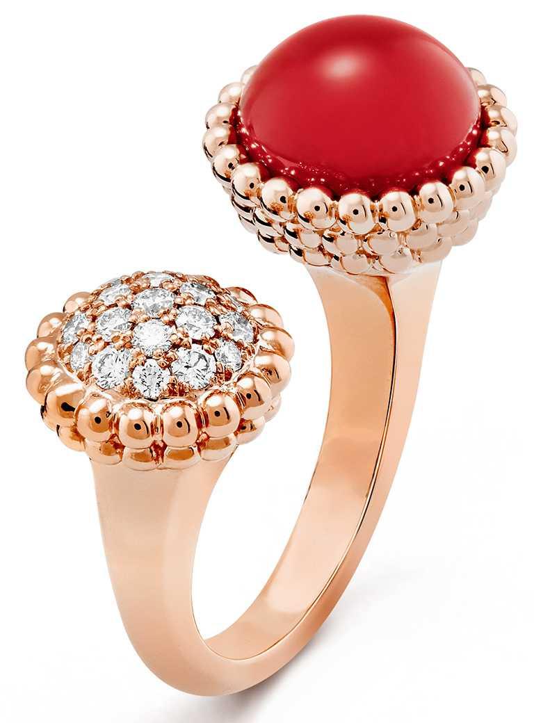 Van Cleef & Arpels「Perlée Couleurs」指間戒,玫瑰金鑲嵌紅玉髓、鑽石╱227,000元。(圖╱Van Cleef & Arpels提供)