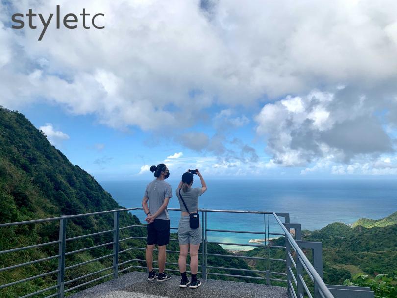 報時山觀景臺擁有眺望陰陽海及整個海灣的絕佳視野。(圖/官其蓁攝)