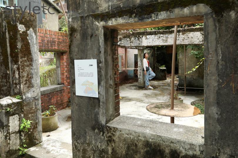 保留廢墟感的〈鑛客〉位在老街內的內九份溪橋旁。(圖/于魯光攝)