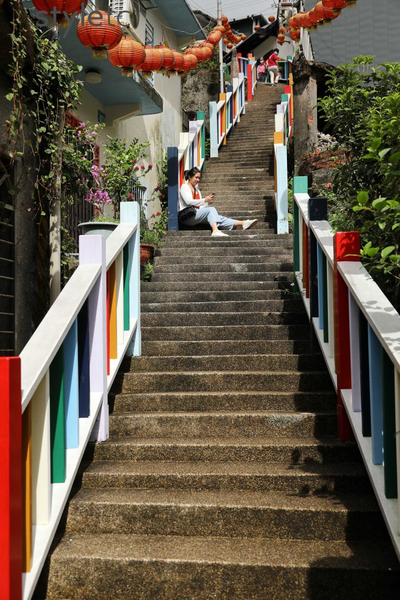社區居民自發性漆上的彩虹階梯,為老街增添活潑氛圍。(圖/于魯光攝)