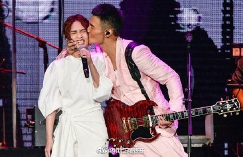 李榮浩(右)大方示愛,用力親得楊丞琳臉歪嘴斜。(圖/翻攝自中青網娛樂微博)