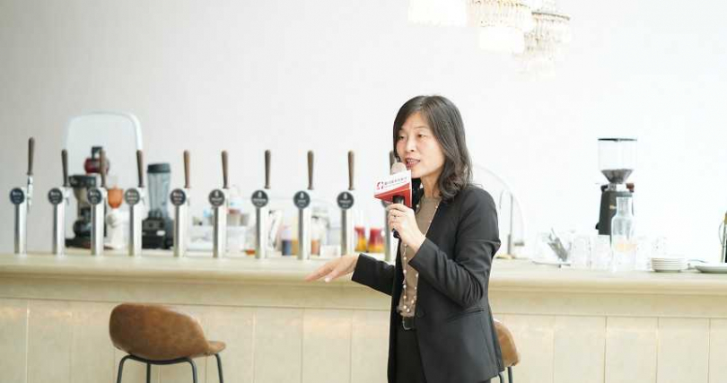 總經理陳錦惠介紹汲取式雞尾酒。