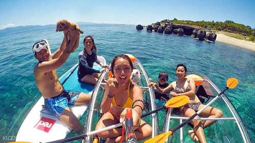 乘坐小琉球獨木舟,在海上自在悠遊。(圖/KLOOK提供)