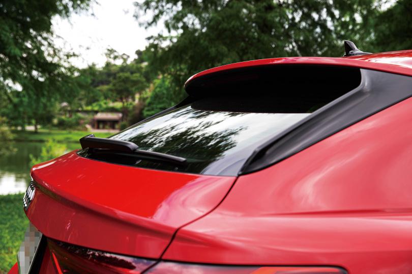 尾翼的點綴,讓Q3 Sportback不至於太過圓潤,且更有跑旅的風格。(圖/黃耀徵攝)
