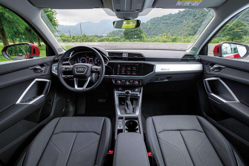Q3 Sportback將八角盾型設計延伸到車內的儀表板和中控車機。(圖/黃耀徵攝)