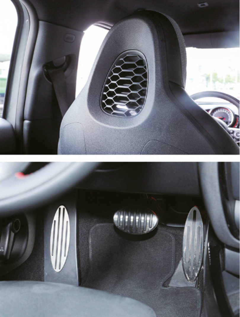 賽車椅後方的頭枕處為蜂巢造型(上),專屬的金屬踏板則是招牌的衝浪板形狀。(下)(圖/王永泰攝)