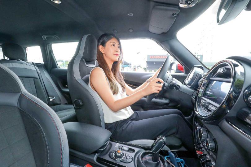 MINI本來就有不少女性車主,即使操控JCW的性能版本也毫不違和。(圖/王永泰攝)