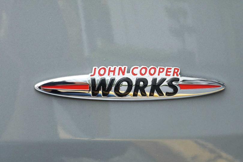 衝浪板造型的JOHN COOPER WORKS銘牌,是JCW車型獨有的裝飾。(圖/王永泰攝)