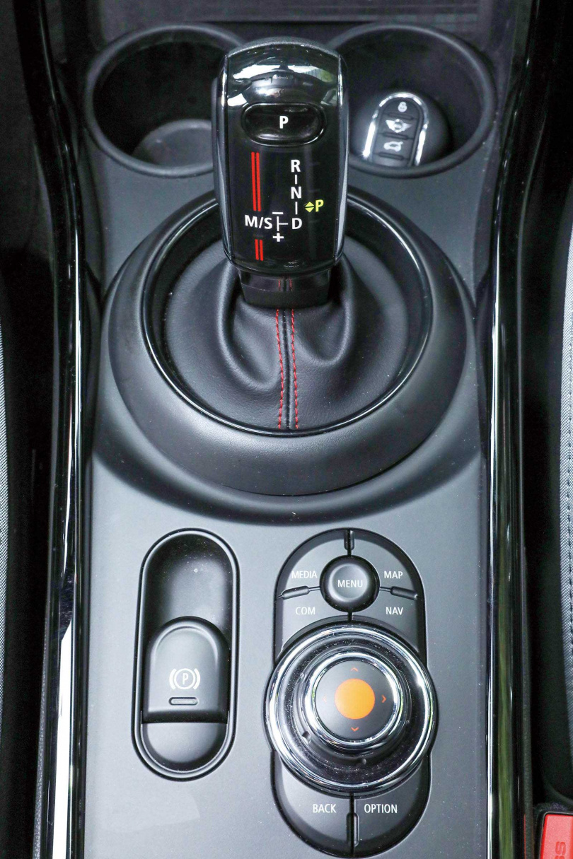 排檔桿機制也是圓形造型;手煞車已進化為電子式。(圖/王永泰攝)
