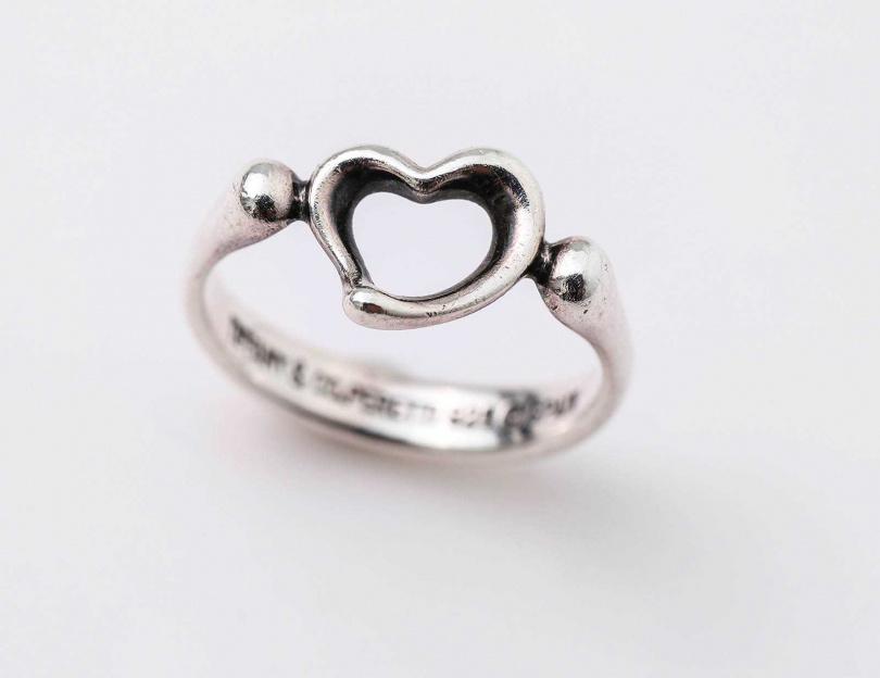 TIFFANY & CO.Elsa Peretti Open Heart鏤空心形戒指/價格店洽(媽媽贈送)。(圖/戴世平攝)