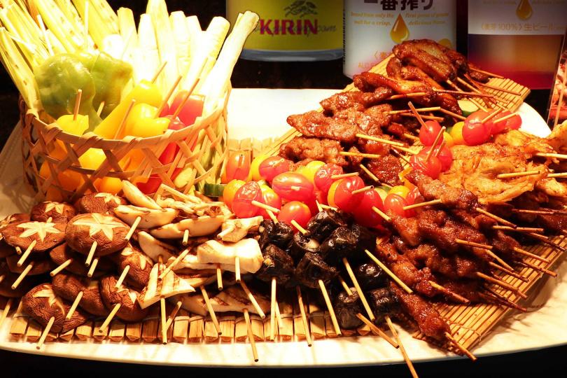 中秋連假半自助晚餐餐台上特別提供應景的綜合燒烤,讓客人開心飲酒作樂饗美食。(圖/北投亞太飯店提供)