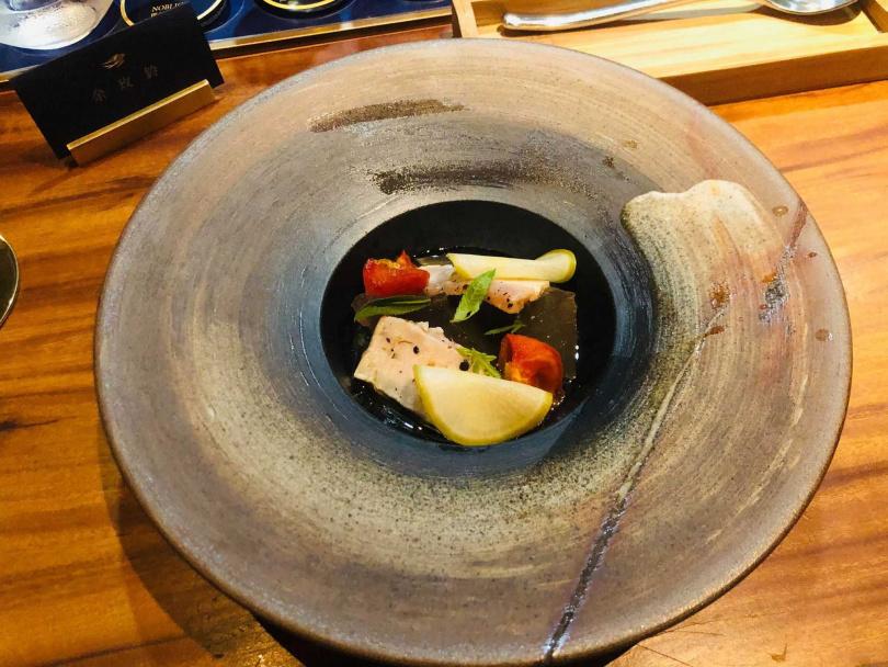 炙烤熟成台東旗魚/煙燻烘乾番茄/愛玉/醋漬蘿蔔/紫蘇馬告酸甜汁。(圖/余玫鈴攝)