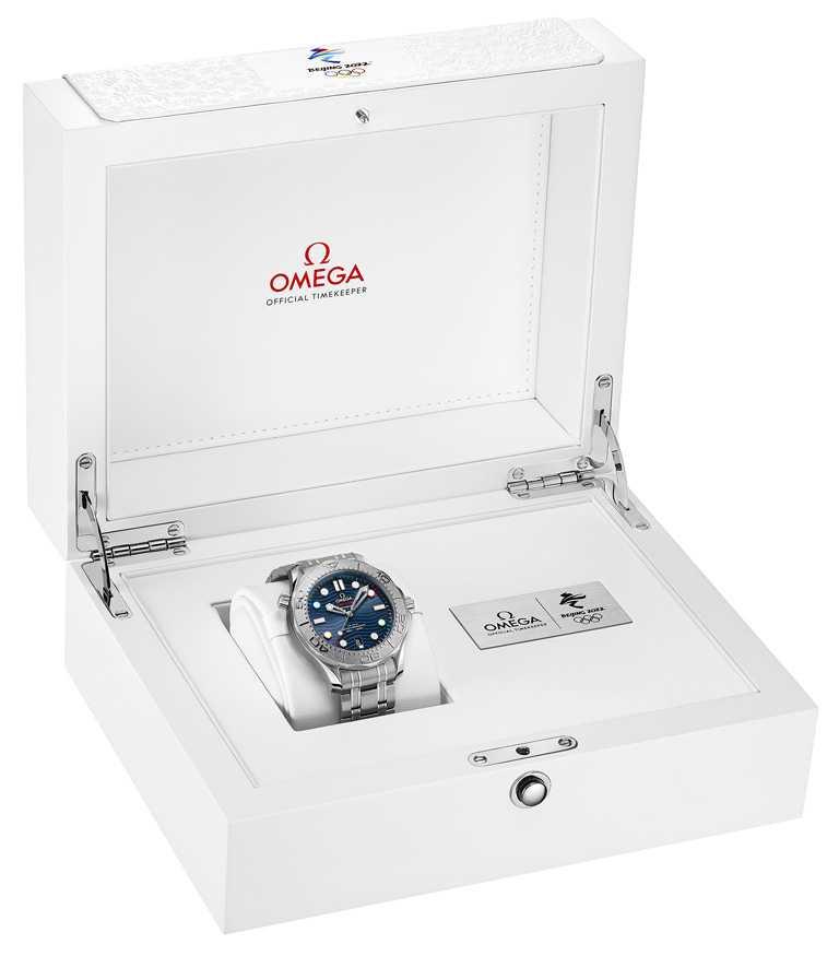 OMEGA「Seamaster海馬」系列潛水300米「北京2022」特別版腕錶,附有特製錶盒及額外延長錶鍊。(圖╱OMEGA提供)
