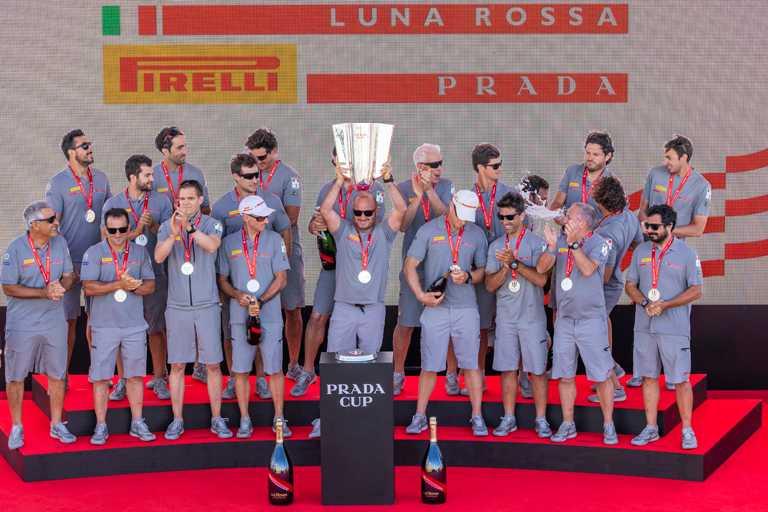 由沛納海贊助的「Luna Rossa」義大利代表帆船隊,甫於2月24日在奧克蘭「PRADA Cup挑戰者選拔系列賽」中勝出,成功獲得挑戰者資格,本週末將與上屆衛冕冠軍阿聯酋航空紐西蘭隊進行最終決賽,角逐第36屆美洲盃冠軍的榮耀。(圖╱PANERAI提供)