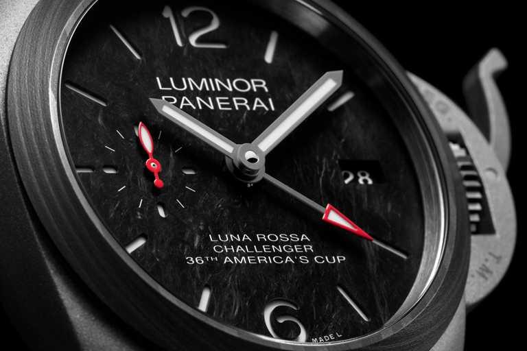 PANERAI「Luminor Luna Rossa」兩地時間鈦金屬腕錶(#PAM01096),搭載P.9010型GMT自動上鏈機械機芯,提供3日動力儲存。配備時、分、小秒針、日期顯示及兩地時間。(圖╱PANERAI提供)
