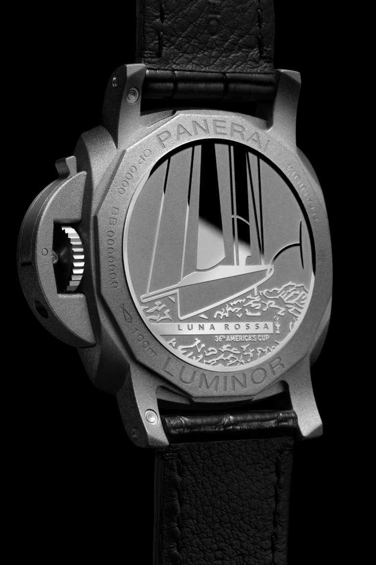 鈦金屬錶背鐫刻「Luna Rossa」標誌、「Luna Rossa AC75」單體帆船及美洲盃圖案。(圖╱PANERAI提供)