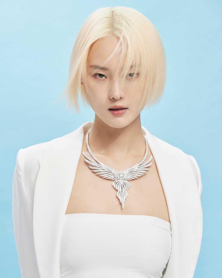 超模唐熒霜,摩登演繹PIAGET「Wings of Light光之羽翼」系列頂級珠寶,羽翼鑽石項鍊╱43,700,000元。(圖╱PIAGET提供)