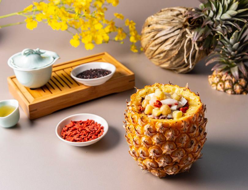 整個鳳梨製成的「粽旺所歸」由紫米、椰肉和流沙奶黃餡等南洋配料組成。(圖/西華飯店)