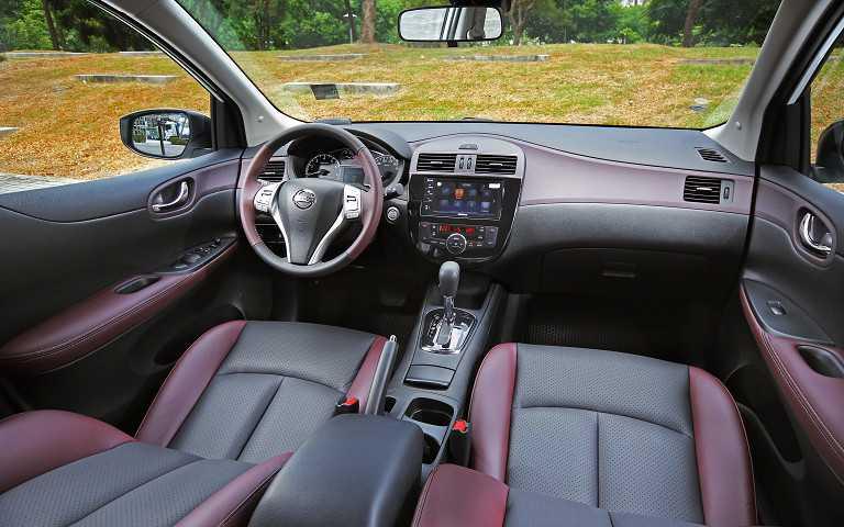 寬敞通透的座艙視野向為TIIDA車系的優勢,而以酒韻紅搭配深邃黑打造雙色座艙佈局更展現頂級家飾般溫潤舒適。